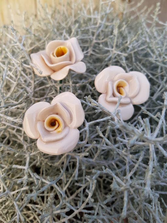 Roosje van keramiek