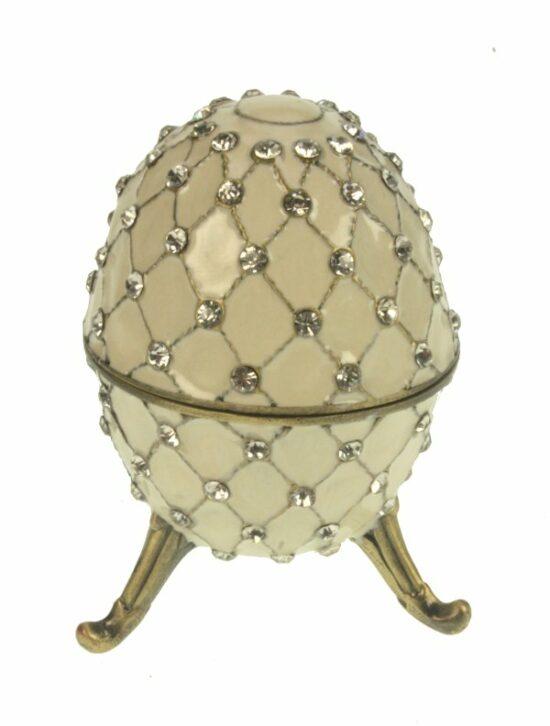 Ei doosje naar ontwerp van Fabergé crème kleurig met strass