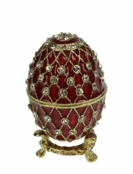 Ei doosje naar ontwerp van Fabergé roodkleurig met strass