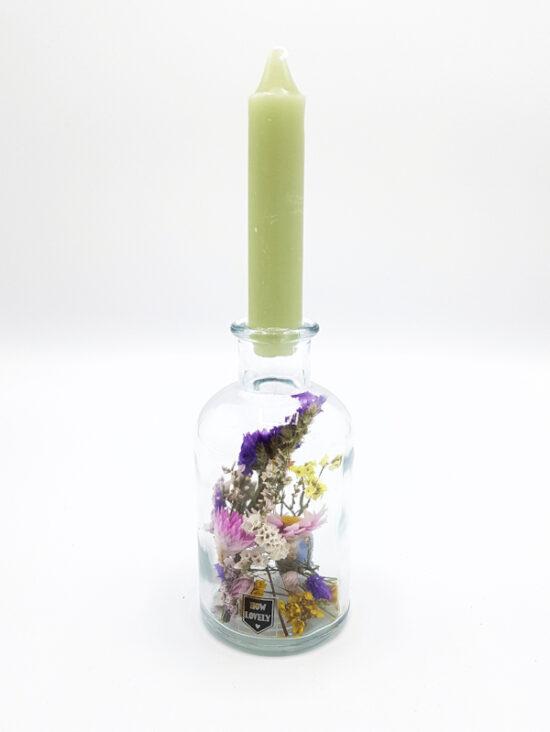 Droogbloemen in flesje met kaars groen