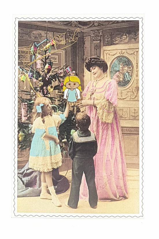 Ansichtkaart kinderen bij kerstboom met Engel Pin