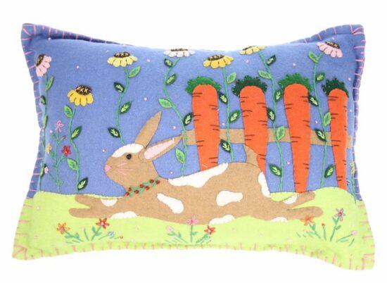 Kussen haas met wortels
