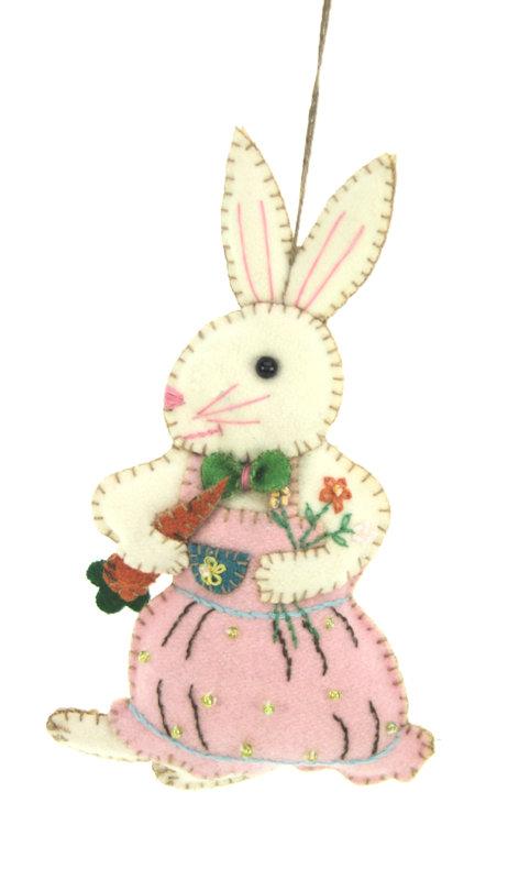 Haasje met roze jurk en wortel vilt