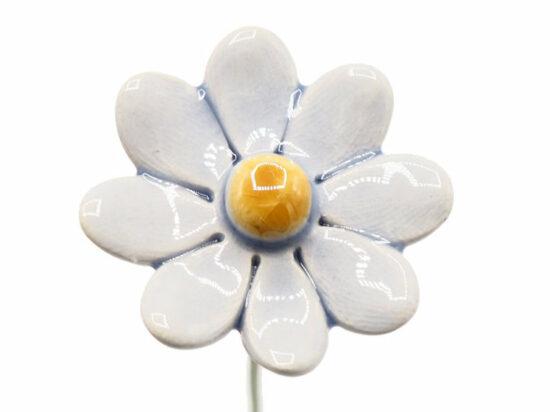 Keramieken bloem Madeliefje licht blauw op prikker