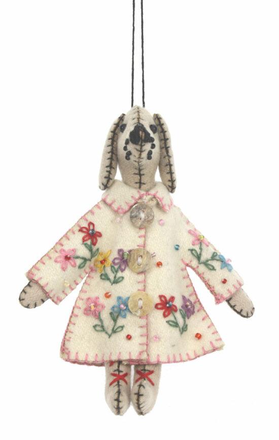 Hond ornament met jas wit bloemen vilt